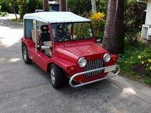 贝基亚岛的红色Moke 免版税库存照片