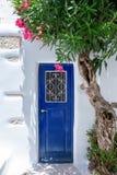 基克拉泽斯的蓝色和白色在希腊 免版税图库摄影