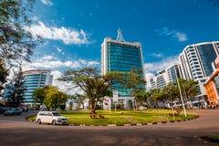 基加利,卢旺达- 2018年9月21日:汽车通过城市centr 免版税库存照片