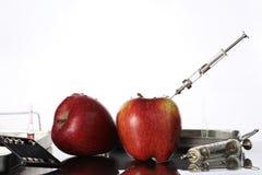 基因上修改过的食物,苹果抽了与化学制品 免版税库存图片