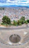 基多和考古学废墟城市 图库摄影