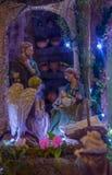 基多,厄瓜多尔, 2018年1月31日:关闭与黏土小雕象的一个饲槽场面包括耶稣,玛丽,约瑟夫和  库存图片