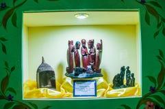 基多,厄瓜多尔, 2018年1月31日:关闭与黏土小雕象的非洲饲槽场面包括耶稣,玛丽,约瑟夫 免版税库存图片