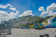 基多,厄瓜多尔, 2018年2月02日:关闭有一mountaing的食物卡车与在horizont的一些大厦在 库存图片