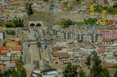 基多,厄瓜多尔, 2018年2月02日:基多和一些大厦城市的高看法室外看法,与圣胡安 免版税库存照片