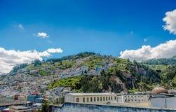 基多,厄瓜多尔, 2018年2月02日:市的观点基多在圣胡安和殖民地镇区  库存图片