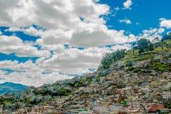 基多,厄瓜多尔, 2018年2月02日:市的观点基多在圣胡安和殖民地镇区  免版税库存图片