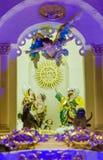 基多,厄瓜多尔, 2018年1月31日:饲槽场面室内看法与黏土小雕象的包括耶稣,玛丽,约瑟夫和  免版税库存照片