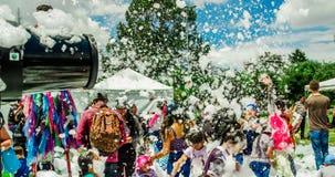基多,厄瓜多尔2017年11月, 28日:人与机器和未认出人享用的射击泡沫室外看法  免版税库存照片