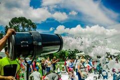 基多,厄瓜多尔2017年11月, 28日:人与机器和未认出人享用的射击泡沫室外看法  库存照片