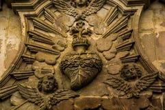 基多,厄瓜多尔2017年11月, 28日:关闭心脏和天使的被雕刻的墙壁位于历史中心的老 免版税库存照片