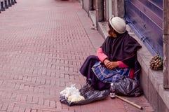 基多,厄瓜多尔2017年11月, 28日:卖在塑料袋里面的边路的未认出的妇女大蒜在 免版税库存照片