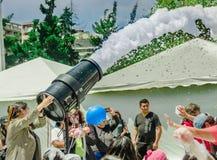 基多,厄瓜多尔2017年11月, 28日:妇女与机器和未认出人享用的射击泡沫室外看法  免版税库存图片