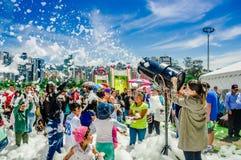 基多,厄瓜多尔2017年11月, 28日:室外观点的有泡沫的机器和跳舞未认出的人民的妇女享用和 库存照片