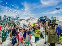 基多,厄瓜多尔2017年11月, 28日:室外观点的有泡沫的机器和跳舞未认出的人民的妇女享用和 免版税图库摄影