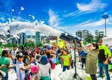 基多,厄瓜多尔2017年11月, 28日:室外跳舞观点的有泡沫机器的妇女和小组的孩子享用和 库存照片
