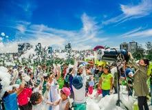 基多,厄瓜多尔2017年11月, 28日:室外跳舞观点的有泡沫机器的妇女和小组的孩子享用和 免版税库存照片