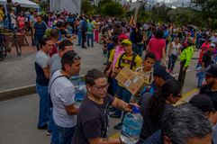 基多,厄瓜多尔- 2016年4月, 17日:提供救灾食物,衣裳,医学的基多的未认出的公民和 免版税库存图片