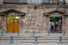 基多,厄瓜多尔2017年11月, 28日:未认出的人在许多公众商店在历史中心,位于街道 库存照片