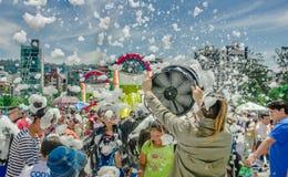 基多,厄瓜多尔2017年11月, 28日:美好和乐趣享用在的观点的有泡沫机器的妇女和小组孩子 库存图片