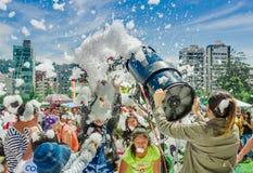 基多,厄瓜多尔2017年11月, 28日:美好和乐趣享用在的观点的有泡沫机器的妇女和小组孩子 免版税库存照片