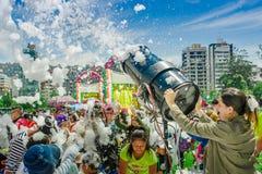 基多,厄瓜多尔2017年11月, 28日:美好和乐趣享用观点的有泡沫机器的妇女和小组的孩子和 库存图片