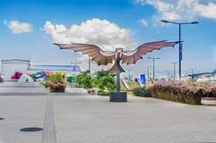基多,厄瓜多尔2017年11月, 27日:美好的金属机翼结构室外看法在户外的新boulevar的 库存图片