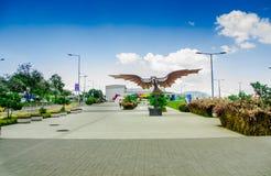 基多,厄瓜多尔2017年11月, 27日:美好的金属机翼结构室外看法在户外的新boulevar的 库存照片