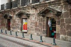 基多,厄瓜多尔2017年11月, 28日:许多的室外看法购物在历史中心,位于老镇街道  库存图片