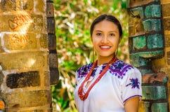 基多,厄瓜多尔- 2017年8月, 30 :一年轻土产妇女佩带的画象典型的安地斯山的衣裳,摆在为 图库摄影
