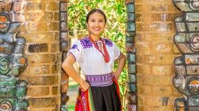 基多,厄瓜多尔- 2017年8月, 30 :年轻土产妇女佩带典型的安地斯山的衣裳,举行在她的手a上 库存照片