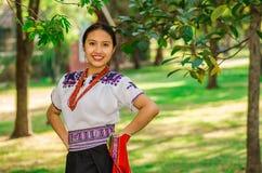 基多,厄瓜多尔- 2017年8月, 30 :未认出年轻土产妇女佩带典型的安地斯山的衣裳,举行在她 库存图片