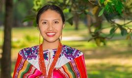 基多,厄瓜多尔- 2017年8月, 30 :未认出年轻土产妇女佩带典型的安地斯山的衣裳,盖她 免版税库存照片