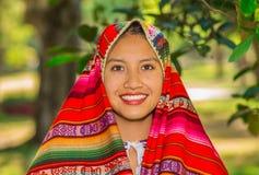 基多,厄瓜多尔- 2017年8月, 30 :未认出年轻土产妇女佩带典型的安地斯山的衣裳,盖她 免版税图库摄影