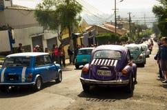 基多,厄瓜多尔- 2017年5月06日:一个小组的游行在开始前的汽车木小汽车赛在街道里面  库存照片