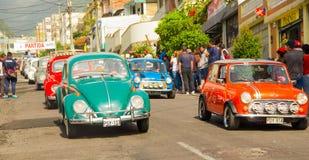 基多,厄瓜多尔- 2017年5月06日:一个小组的游行在开始前的汽车木小汽车赛在街道里面  库存图片