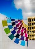 基多,厄瓜多尔- 2017年1月02日:一个巨大的大厦的室外看法与旅游生产的颜色的在美丽的 免版税库存照片