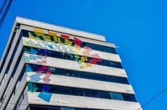 基多,厄瓜多尔- 2017年1月02日:一个巨大的大厦的室外看法与旅游生产的颜色的在美丽的 免版税图库摄影