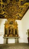 基多,厄瓜多尔- 2017年10月25日:与最近被重新开始的绘画的小法坛片断在旧金山教会里和 免版税图库摄影