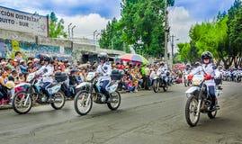 基多,厄瓜多尔- 2018年1月31日:佩带警察制服和驾驶的未认出的人民摩托车在a期间 库存图片