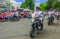 基多,厄瓜多尔- 2018年1月31日:佩带警察制服和驾驶的未认出的人民摩托车在a期间 库存照片