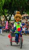 基多,厄瓜多尔- 2018年1月31日:使用三轮车的室外观点的未认出的妇女和运载佩带a的妇女 库存照片