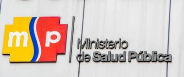 基多,厄瓜多尔- 2017年1月02日:公共健康部长的标志词的室外看法与商标的在墙壁 免版税库存图片