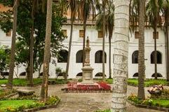 基多,厄瓜多尔- 2016年5月06日:关闭一美好的扔石头的foiuntain在露台中间在圣弗朗西斯教会 库存图片