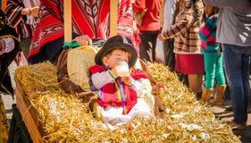 基多,厄瓜多尔- 2018年1月11日:关闭坐在户外的未认出的美丽的婴孩在秸杆饲槽 免版税库存图片