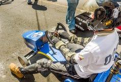 基多,厄瓜多尔- 2018年1月31日:关闭头戴盔甲和赛跑在都市的未认出的人一辆木汽车 免版税库存照片