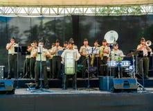 基多,厄瓜多尔- 2017年11月28日:关闭执行在一个绞刑台的未认出的音乐家在卡罗来纳州公园  免版税图库摄影