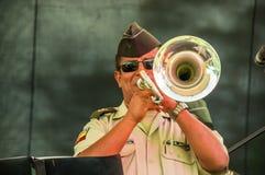 基多,厄瓜多尔- 2017年11月28日:关闭执行在绞刑台的一位未认出的人音乐家使用他的喇叭 免版税库存图片
