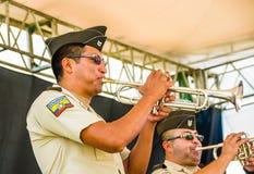 基多,厄瓜多尔- 2017年11月28日:关闭执行在绞刑台的未认出的人音乐家使用他的喇叭 免版税库存照片