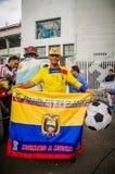 基多,厄瓜多尔- 2017年10月11日:关闭拿着一面Eduadorian旗子在他的手上的一个人,戴一个黄色帽子与 库存照片